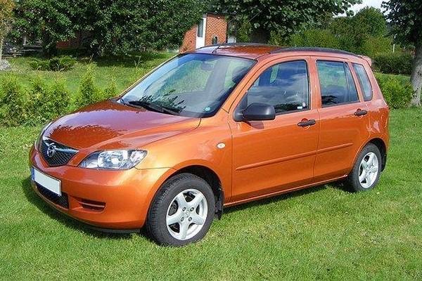 Mazda2 I (Typ DY) - bis auf die Ölflecken fast eine blütenreine Weste